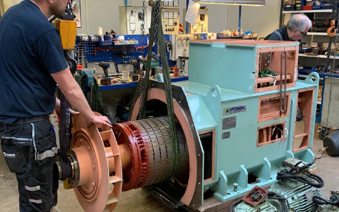 Martin og Knud fra PRONOR i Ringe er i gang med gensamling af en stor generator